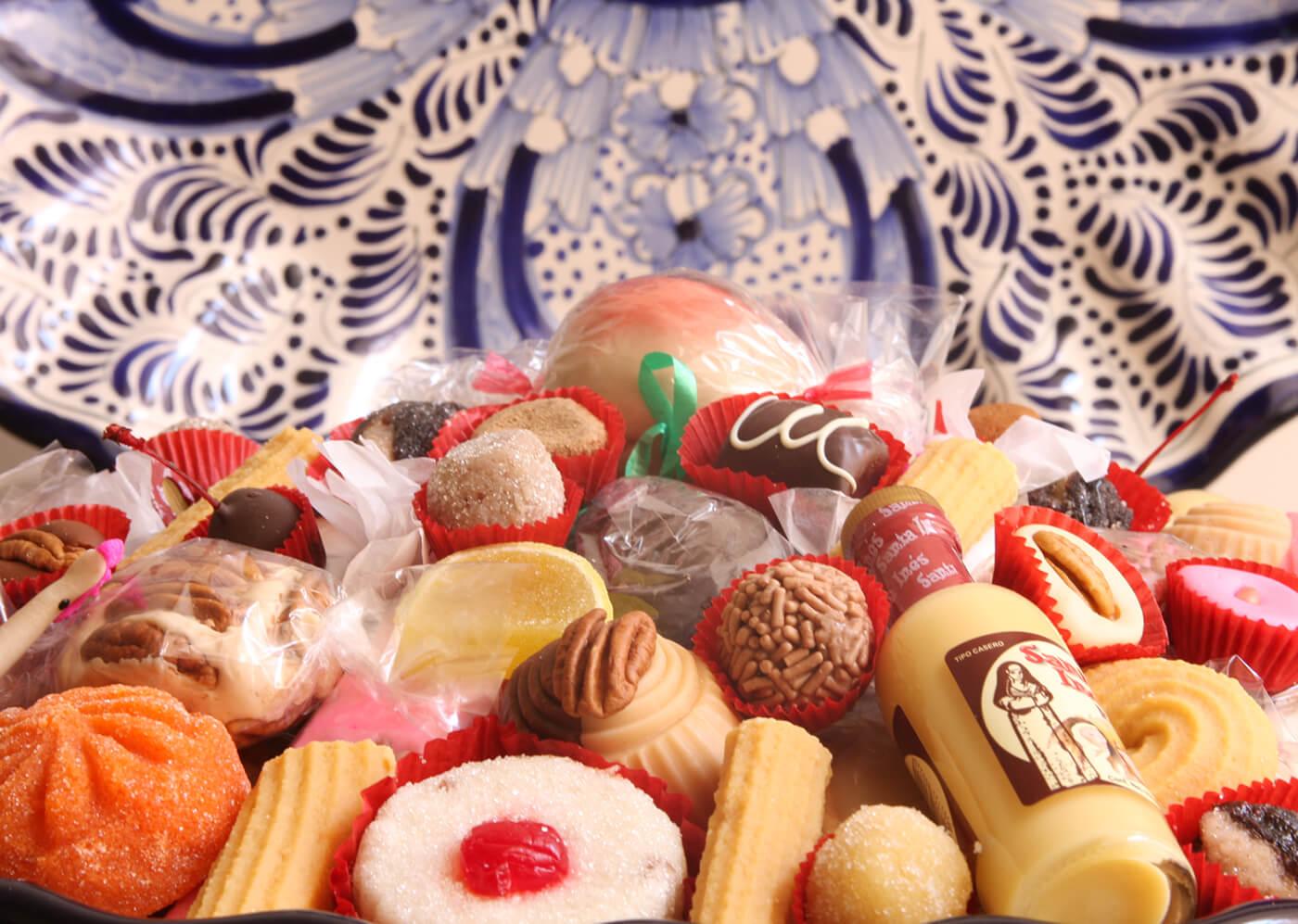 Vista de un plato de dulces poblanos